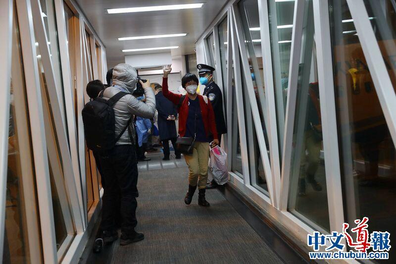 中国外交部称疫情期接回7.3万多名同胞 中国棒!