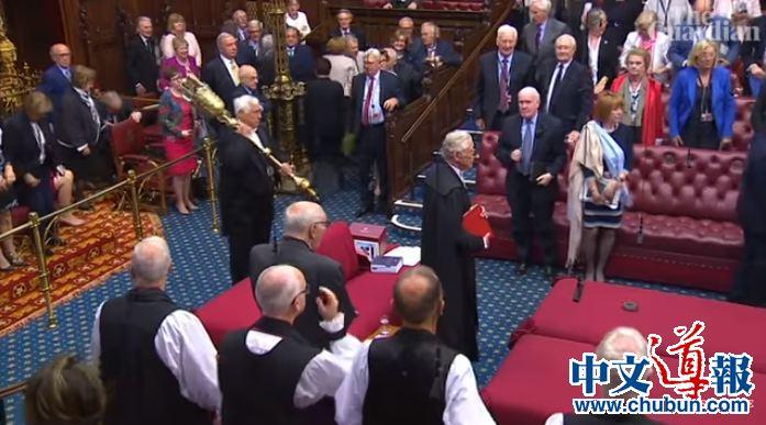 """英国上议院通过法案阻止""""硬脱欧"""" 就等女王了"""