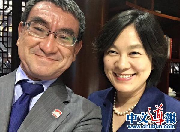 日本外相访华,晒出与华春莹微笑自拍