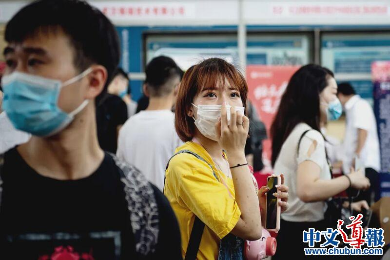 中国874万毕业生迎最难就业季:企业缩招 尴尬云招聘