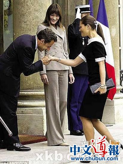 萨科齐疑掩饰身高差抢先弯腰吻瑞典女王储