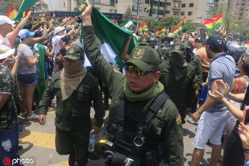 玻利维亚警察加入示威,总统府也失守了